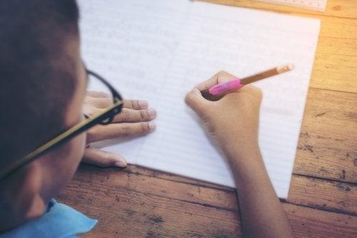 Niño practicando ejercicios para mejorar la caligrafía.