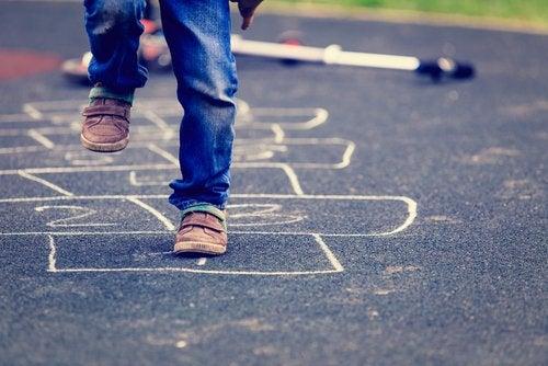 La rayuela es un muy buen juego para mejorar el equilibrio de los niños.