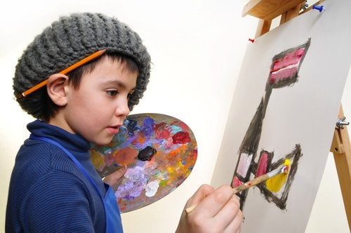 Niño haciendo una pintura para expresar su talento creativo.