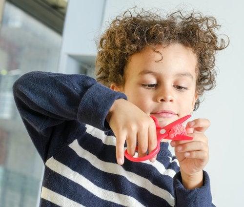Cuando termines de enseñar a recortar a un niño, podrá hacer trabajos y manualidades.