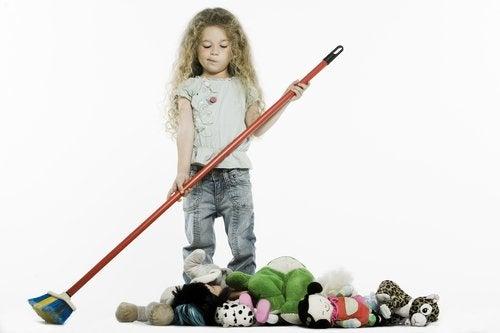 Las estrategias para enseñar a los niños a ordenar la habitación te permitirán calmar el desorden.