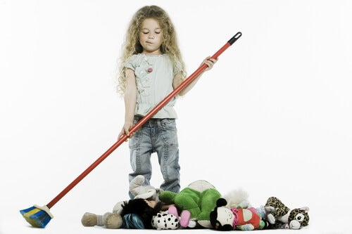 Colocar los juguetes debe ser una tarea de los niños, no de los padres.