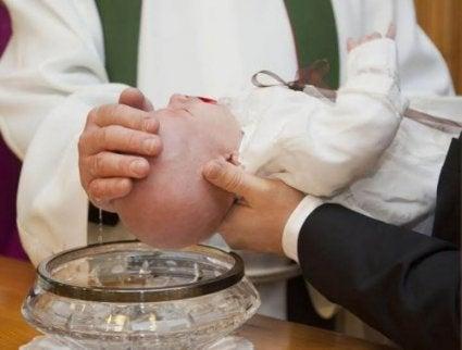 Los padrinos de iglesia son oficializados en la ceremonia de bautismo.