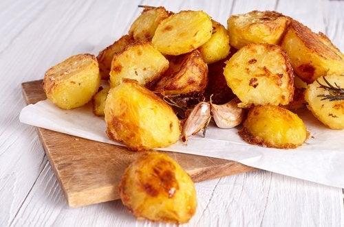 Las patatas asadas son una de las recetas con patatas más aclamadas por los niños.
