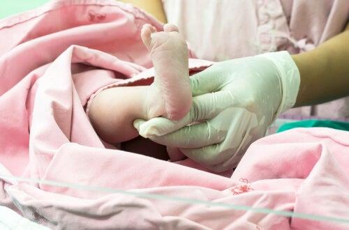 La cianosis ocurre cuando aparece una coloración azulada en la piel, principalmente relacionada con la falta de oxígeno en sangre.