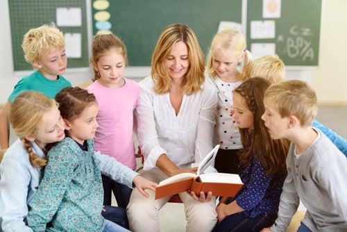 En el aula también se pueden trabajar las emociones de los niños a través de los cuentos.