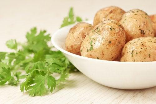 Las patatas en puré son ideales para crear recetas saladas para bebés de 12 a 24 meses.