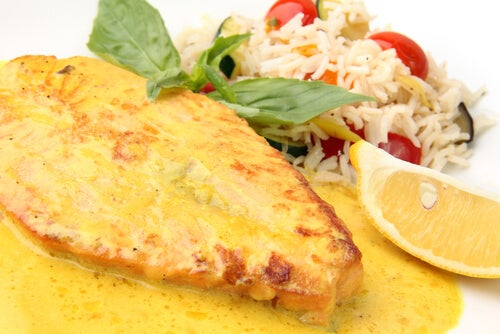 El salmón previene la aparición de enfermedades cardiovasculares.