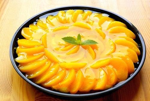 La tarta de melocotón es una de las recetas dulces para el primer trimestre de embarazo más codiciadas.
