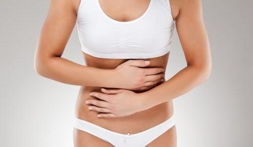El dolor abdominal puede ser un síntomas de los miomas uterinos.
