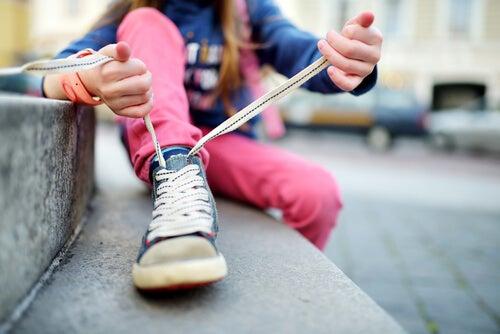 ¿Cómo enseñar a atarse los cordones a un niño?