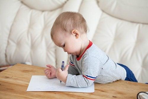 Es importante seguir de cerca el crecimiento del bebé para evitar las complicaciones de la criptorquidia.