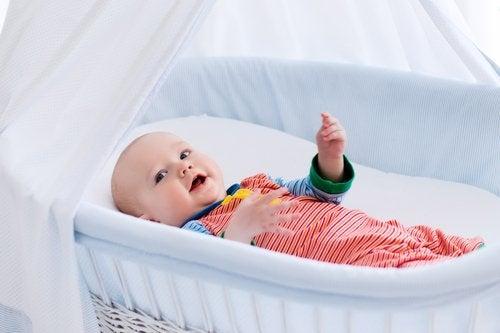 Para saber si el bebé oye bien, corrobora sus reacciones a los sonidos.