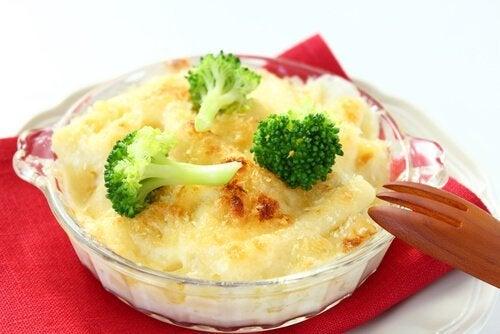 Las recetas con queso para el segundo trimestre de embarazo también contienen vegetales y carne para obtener proteínas.
