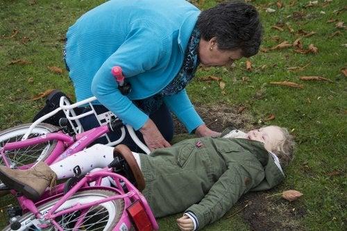 Il est important de savoir agir face aux chutes et coups sur la tête des enfants.