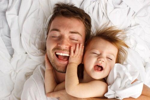 Los beneficios terapéuticos de las caricias a los niños son numerosos.