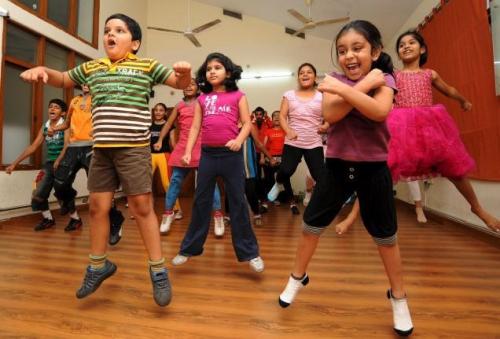 La danza es una gran opción para ejercitar la flexibilidad en los niños.