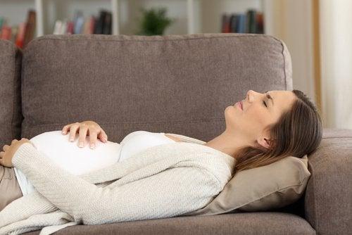 El síndrome de HELLP suele producir malestar y fatiga en la mujer embarazada.
