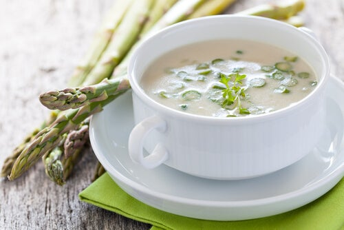 La crema de espárragos es una de las mejores opciones de recetas sin lactosa para el tercer trimestre del embarazo.