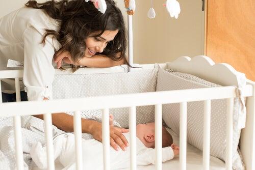 ¿Cómo debe ser la cuna del bebé?