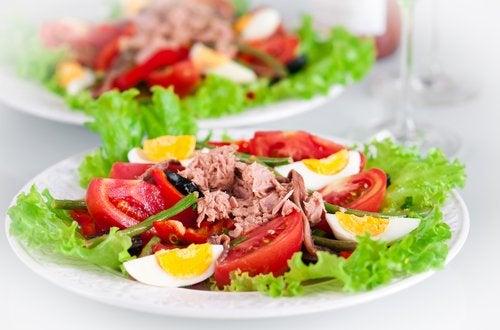 La ensalada de atún con otros vegetales y legumbres es una excelente opción para cenar estando embarazada.