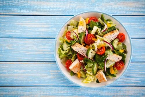 La ensalada es una excelente opción de recetas bajas en grasas para el primer trimestre de embarazo.