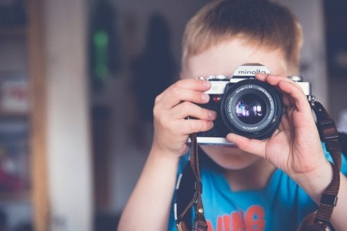 Los cursos de fotografía para niños despiertan muchas habilidades en ellos.