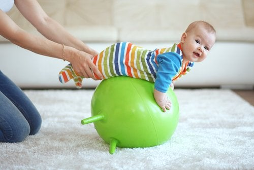 Los gimnasios para bebés presentan grandes beneficios para su maduración.