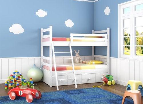 Al organizar las habitaciones con 3 hermanos, las literas pueden ser de gran ayuda.