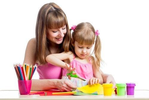 Los padres deben involucrarse y tomarse tiempo para enseñar a recortar a un niño.