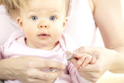 Cortar las uñas del bebé requiere cuidado y paciencia.