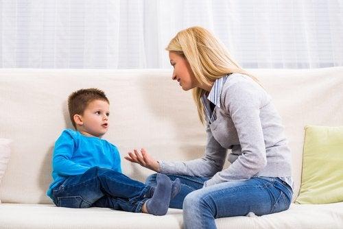 Los por qué de los niños deben ser atendidos con paciencia por los padres.