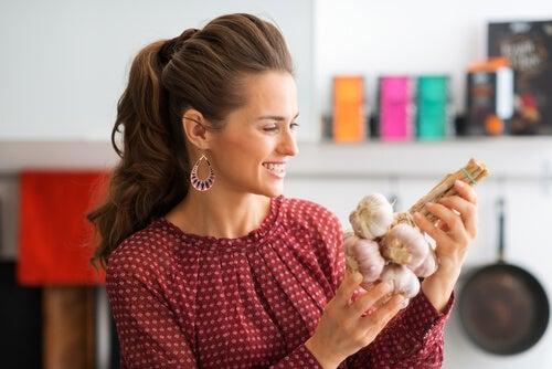 El ajo es un alimento que puede lograr la inducción del parto.