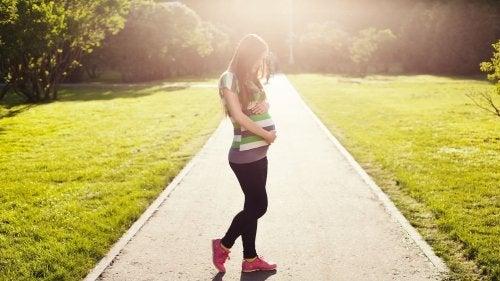 La marche est l'un des remèdes naturels les plus efficaces pour déclencher l'accouchement.