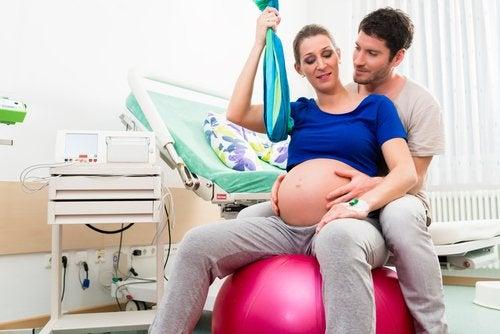 La posición de sentada es una de las mejores posiciones para el parto.
