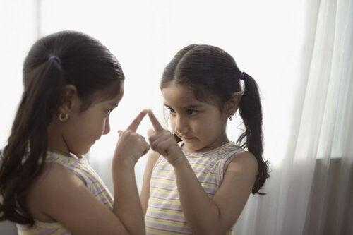 Ayudar a los niños a conocerse mejor es bueno para que reconozcan sus virtudes y defectos.