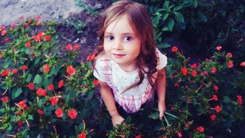 Niña recogiendo flores en su jardín, como en lo hacen los protagonistas de los libros sobre los jardines.