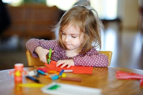 Enseñar a recortar a un niño es un proceso que lleva tiempo.
