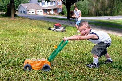 El aprendizaje por imitación es ideal para transmitir valores y responsabilidades a los pequeños.