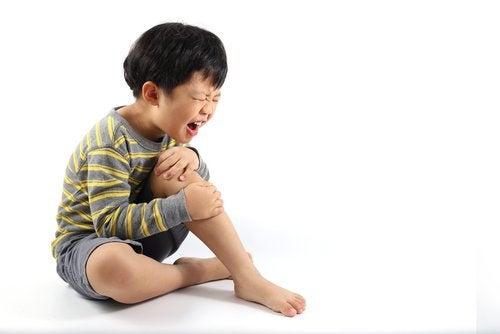 Si mi hijo se quema con agua caliente, debo saber cómo reaccionar para prevenir complicaciones.