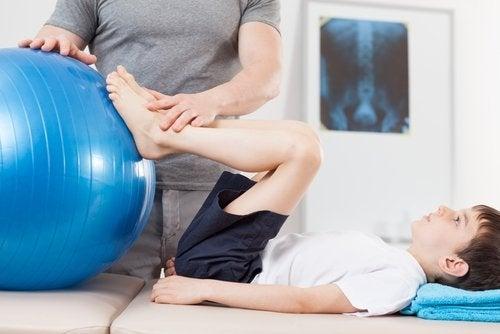 La fisioterapia contribuye a mejorar la movilidad tras el síndrome de Perthes.