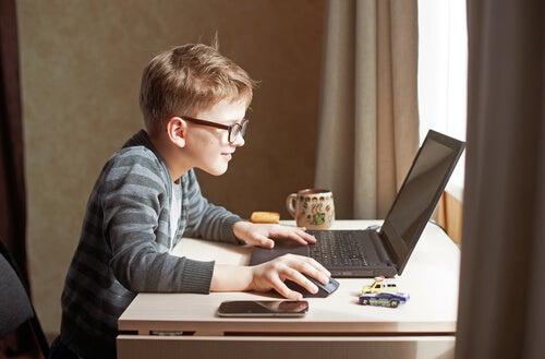 Internet es un buen medio para que los niños emprendedores comiencen algún proyecto.