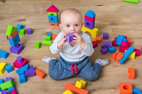 La postura del sastre invertida es muy común entre los niños pequeños.