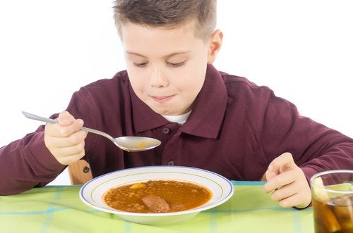Las legumbres, como las lentejas, también son alimentos para aumentar las defensas de los niños.