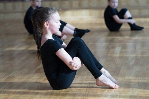 La danza es una excelente actividad para mejorar la flexibilidad en los niños.