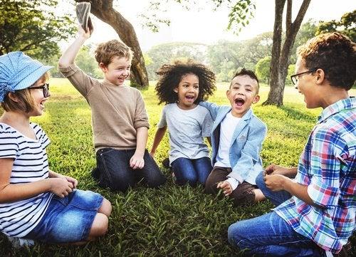 Los comecocs para niños pueden combinarse con retos y premios para darle mayor diversión a juegos grupales.