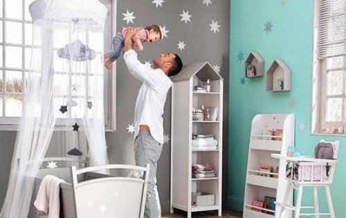 Los padres también deben comprometerse con la tarea de organizar la habitación del bebé.