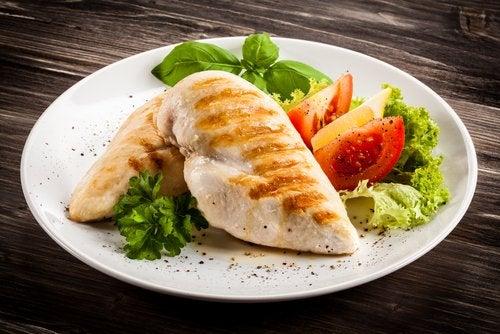 El pollo y las verduras son fundamentales en la dieta postparto.