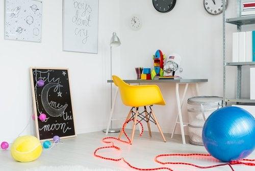 Existen ciertas consideraciones para decorar la sala de juegos de los niños.