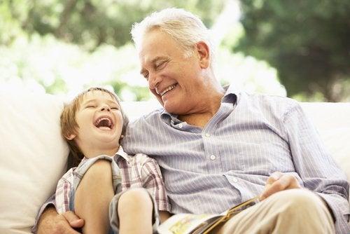 Los libros para abuelos permiten establecer nuevas uniones entre ellos y sus nietos.